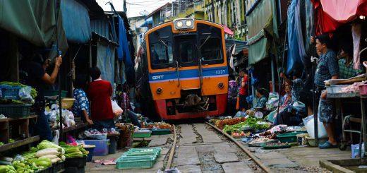 Treno del marcato su rotaie in Thailandia